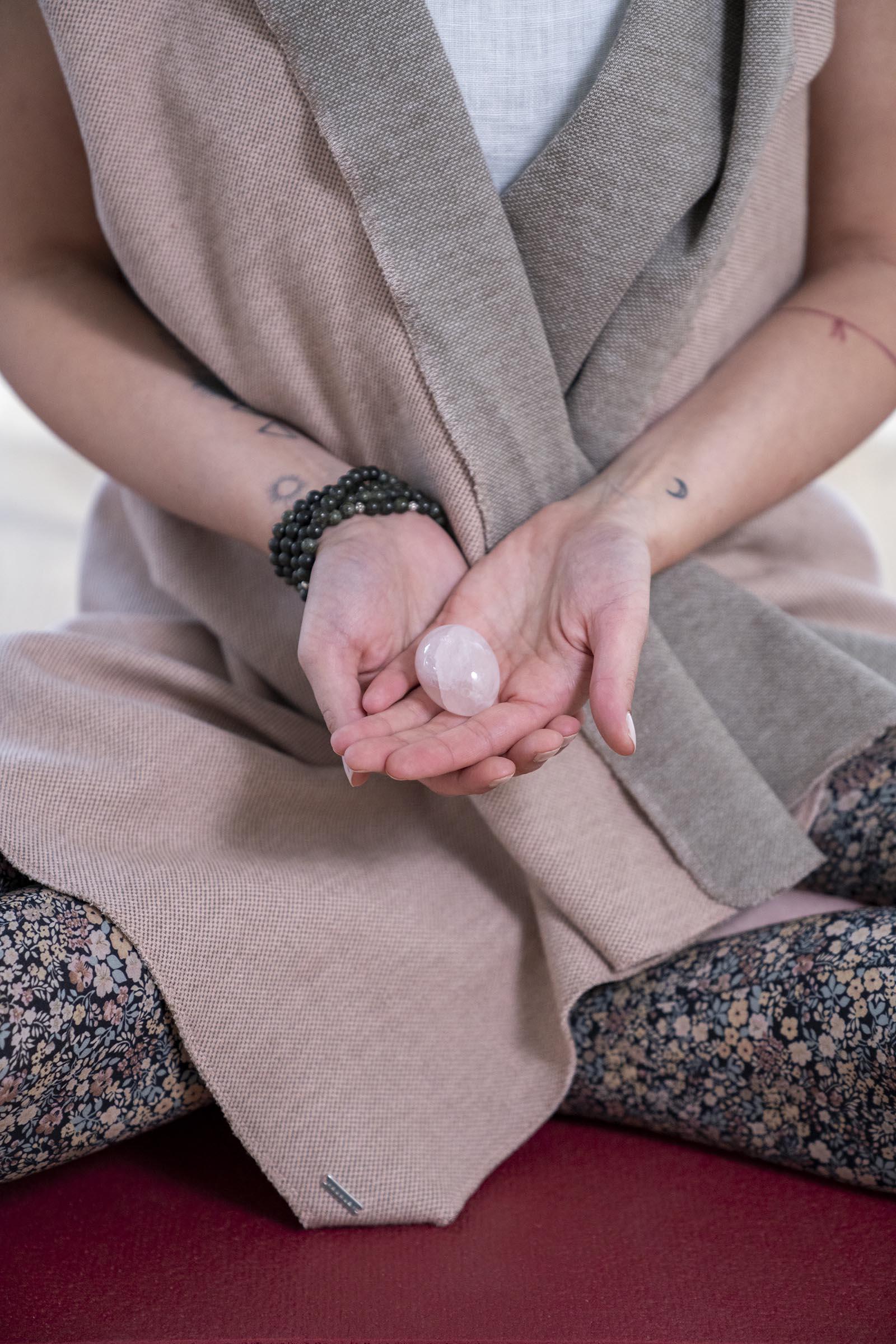 Jelena Drofenik-Premauer - #yogadoula - Jelena mit einem Stein in den Händen