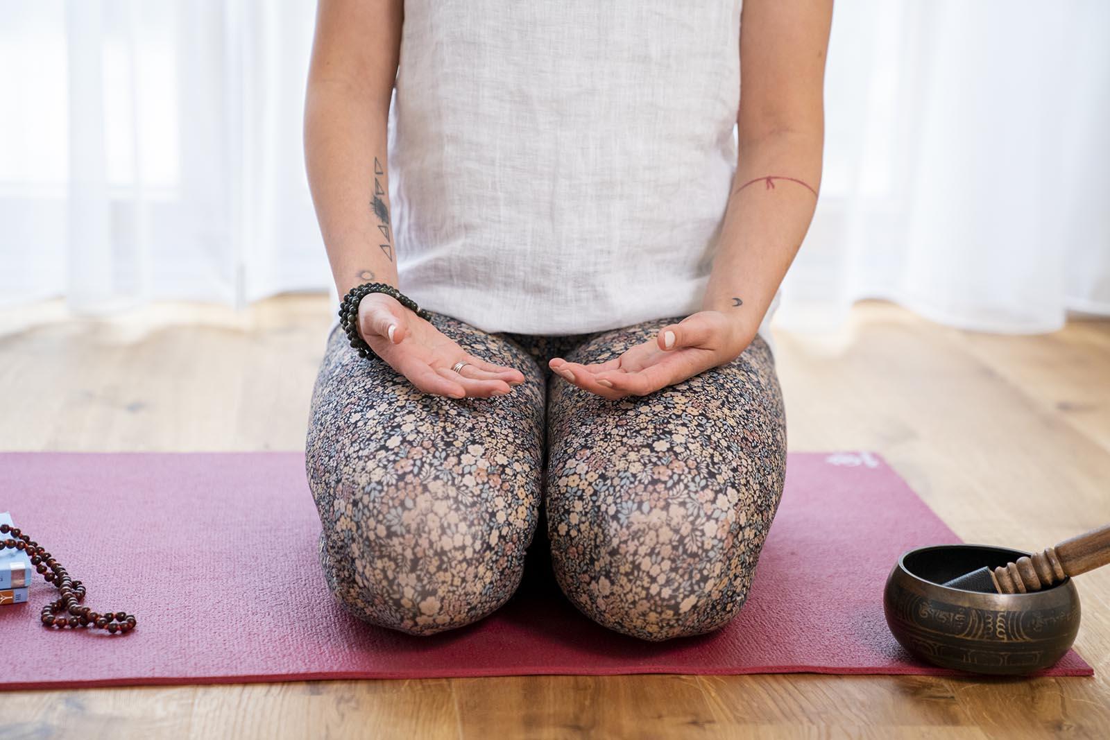 Jelena Drofenik-Premauer - #yogadoula - Nahaufnahme bei meditieren