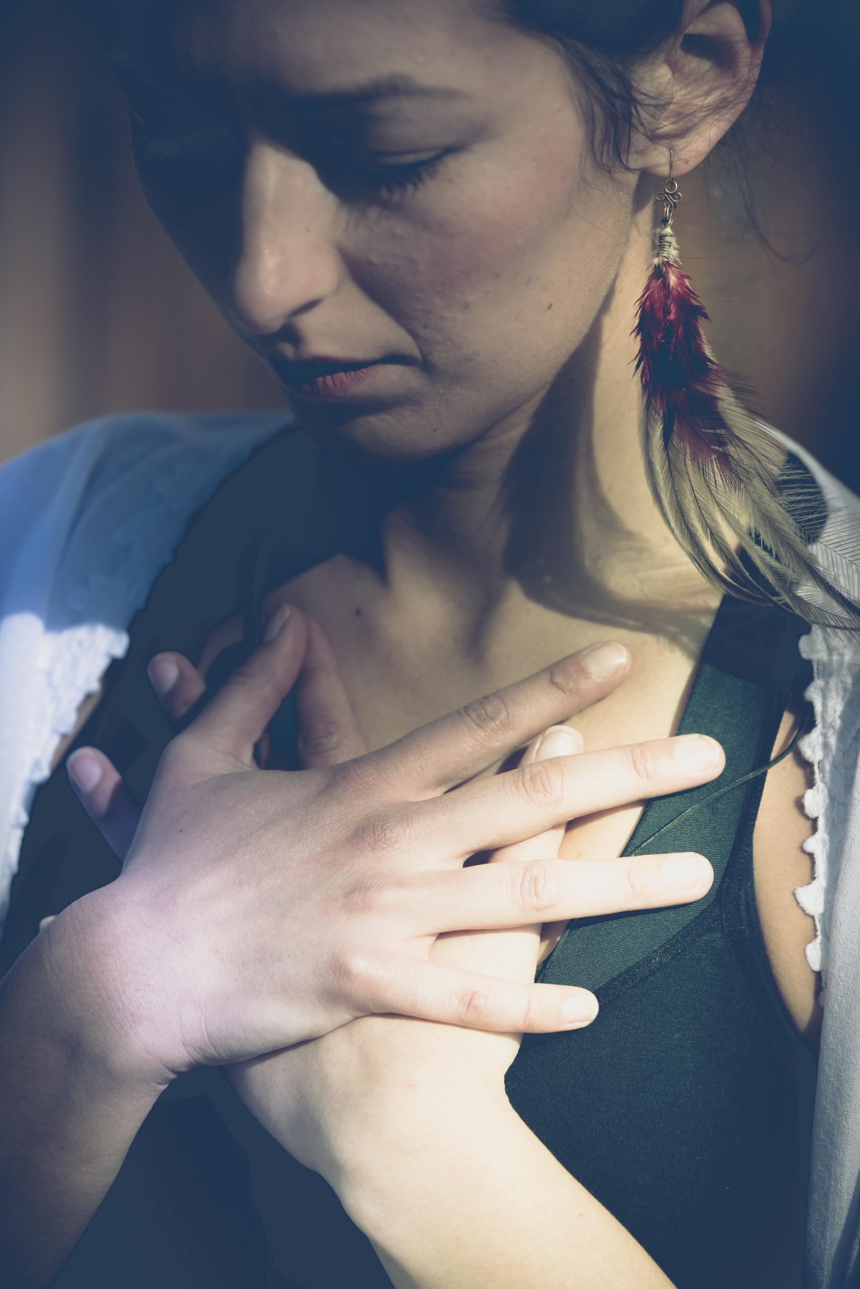 Jelena Drofenik-Premauer - #yogadoula - Portrait beide Händen auf dem Herzen - Einsicht